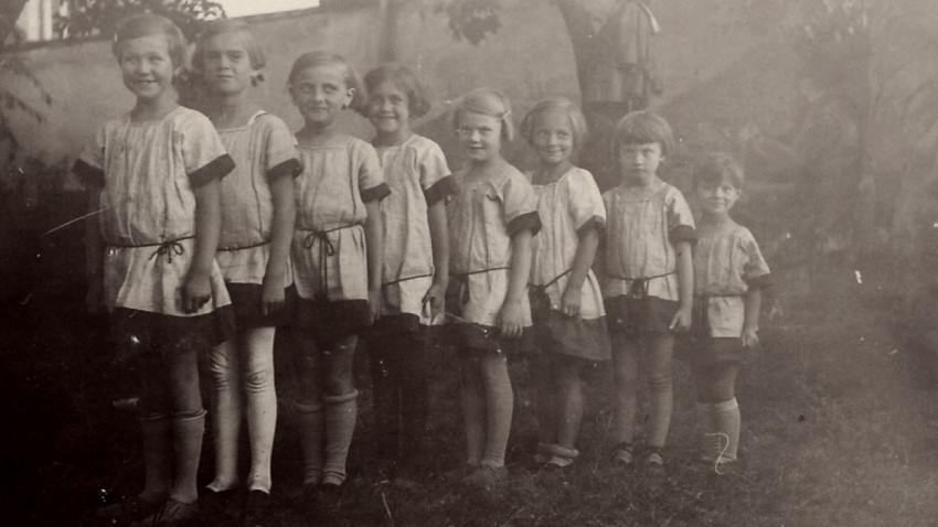 Dagmar Weitzenbauerová jako malá sokolka (poslední v řadě) v roce 1930. Foto Paměť národa/archív Dagmar Procházkové