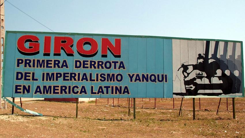 Plakáty u pláže Giron stále oslavují potlačení invaze a citují Fidela Castra, která prohlásil, že se jednalo o první porážku imperialismu USA v Latinské Americe. U pláže je muzeum, které vystavuje československé a sovětské zbraně, jež pomohly Castrovi invazi potlačit. Foto: Wikimedia Commons/CC BY-SA 3.0
