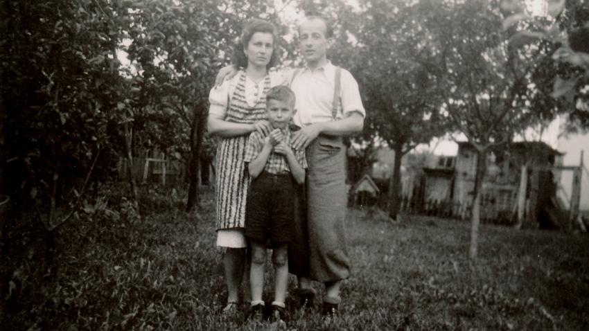 První setkání s otcem po válce v roce 1945. Zdroj: Paměť národa