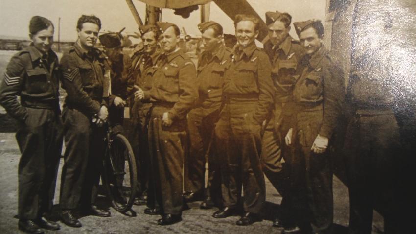 Jiří Pavel Kafka mezi československými příslušníky RAF v Anglii. Foto: Paměť národa