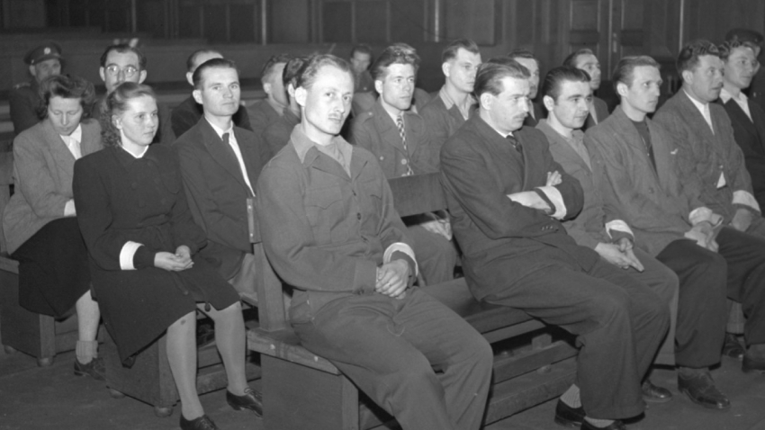 Pravomil Raichl (zcela vlevo) na lavici obžalovaných 6. května 1948 jako strůjce tzv. mostecké špionážní aféry. Z příprav úkladů o republiku a ze zločinu vojenské zrady bylo obžalováno dalších 23 osob. Foto: ČTK/Mucha Josef
