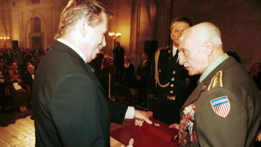Plukovník ve výslužbě Pravomil Raichl převzal 28. října 2000 z rukou prezidenta Václava Havla nejvyšší státní vyznamenání – Řád bílého lva vojenské skupiny. Foto: ČTK/Volfík René