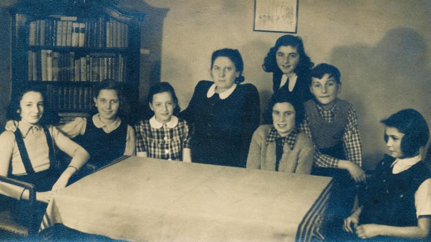 Raja (druhá zleva) při domácím vyučování po zákazu školní docházky pro židovské děti. Zdroj: Paměť národa