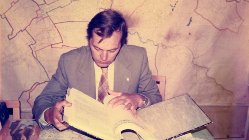 René Matoušek po roce 1989 při práci v Občanské prověrkové komisi. Zdroj: Paměť národa