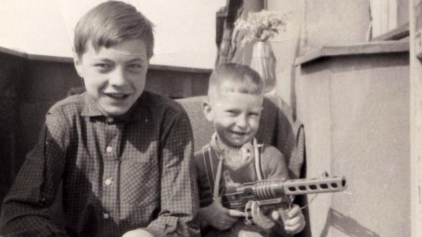 Bratře René a Jiří Matouškovi na konci 60. let 20. století. Zdroj: Paměť národa