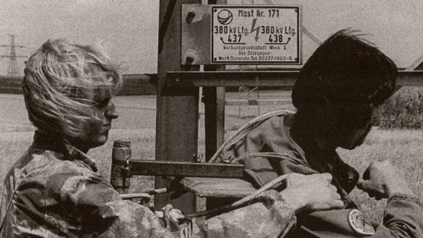 Robert Ospald (vpravo) a Zdeněk Pohl s vozíky pod vysokým napětím. Foto: Paměť národa