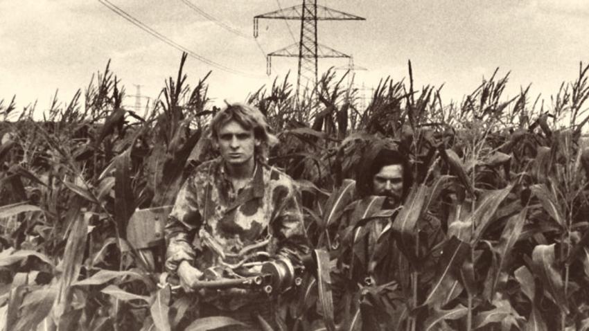 Robert Ospald (vpravo) a Zdeněk Pohl v kukuřičném poli u hranic. Foto: Paměť národa
