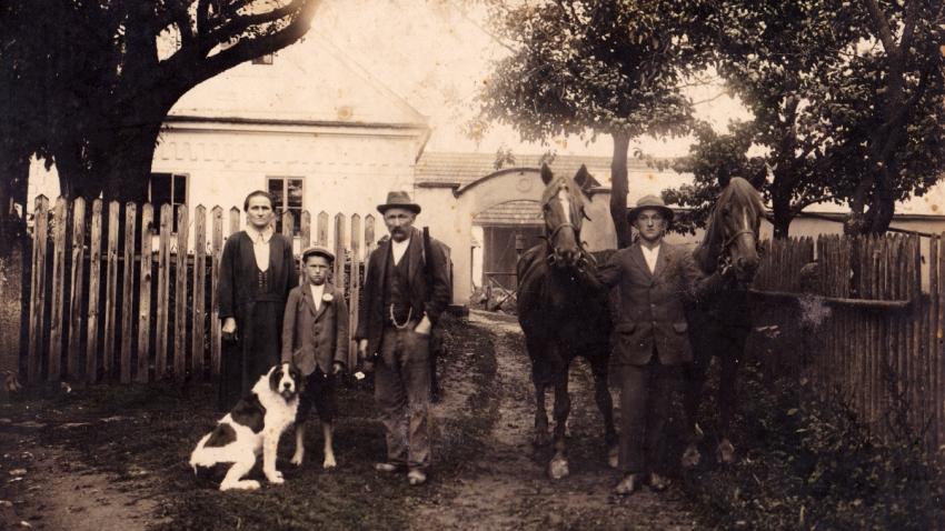 Rodiná fotografie Hanauerových před hospodářstvím v Radňově na konci 30. let 20. století. Zdroj: Paměť národa