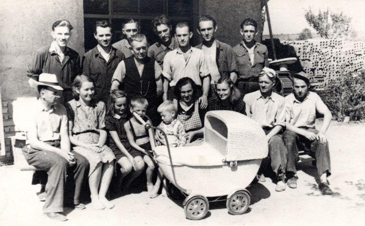 Rodina Hořejších v dolní řadě zleva. Zdroj: Paměť národa