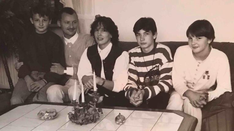 Katharina (vpravo) s rodiči a bratry v roce 1994 v Bavorsku, kde se usadili po útěku z východního Německa.