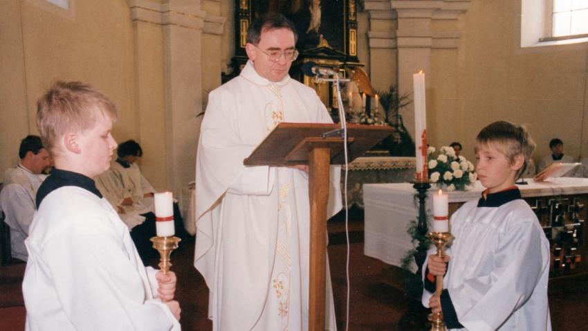 Adam Rucki při mši ve Valašských Kloboukách v roce 1985. Zdroj: Paměť národa