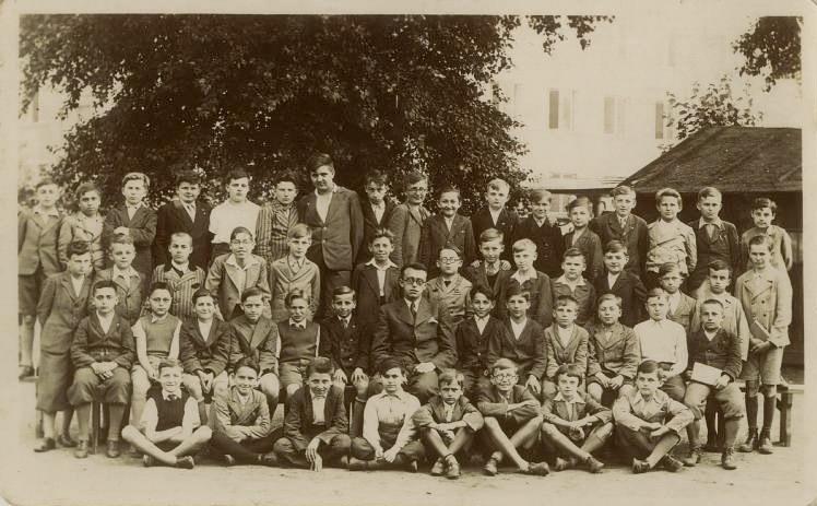 Rudolf Vrba ještě jako Walter Rosenberg na školní fotografii z roku 1935-36 (čtvrtý zleva, spodní řada). Foto: Wikimedia Commons