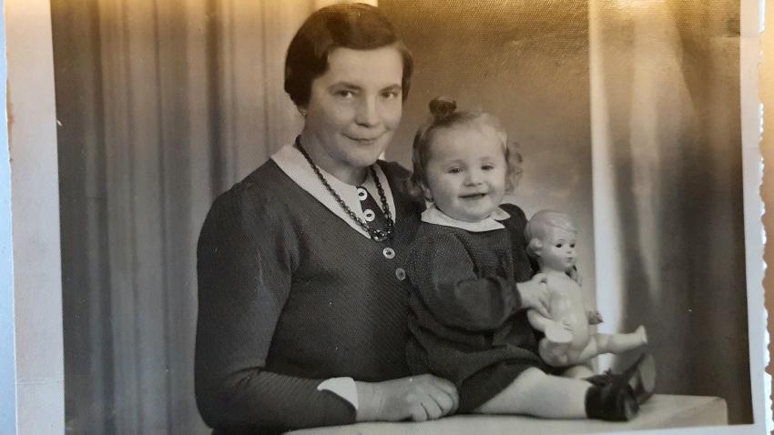 S matkou a panenkou, již si brala do odsunu. Zdroj: Archiv pamětnice