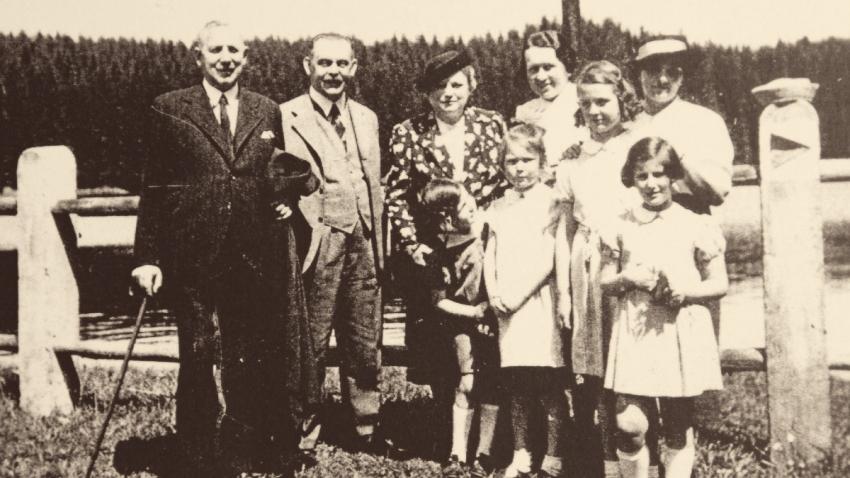 Sachselovi s přáteli v roce 1937: zleva pan Glaser, tatínek Alfred Sachsel, paní Glaserová, Hanička Glaserová, maminka Růžena, Eva, Hana, paní Lewitová s dcerou Hanou. Zdroj: Paměť národa