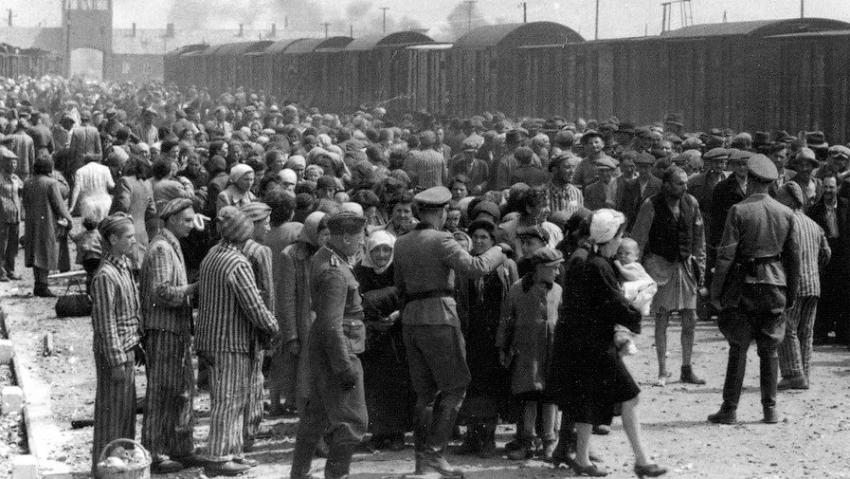 Maďarští Židé při selekci pro příjezdu do Osvětimi na přelomu května a června 1944. Snímek pochází z tzv. Osvětimského alba, série fotografií pořízených příslušníky SS. Zdroj: Muzeum Yad Vashem/Wikimedia Commons