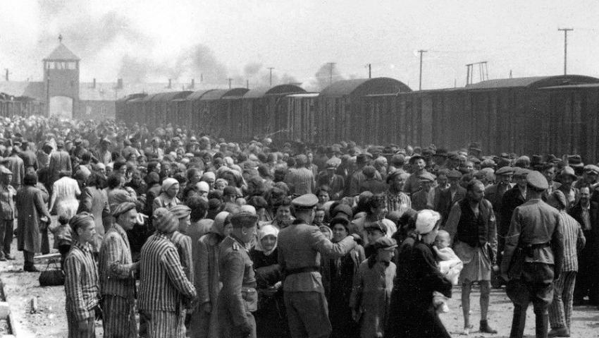 Selekci po příjezdu maďarských Židů do Osvětimi zachytili v květnu a červnu 1944 dva příslušníci SS. Soubor asi 200 fotografií z Osvětimi našla po válce vězenkyně Lili Jacobs v táboře Mittelbau-Dora, která je darovala muzeu Yad Vashem. Zdroj: Wikimedia Commons