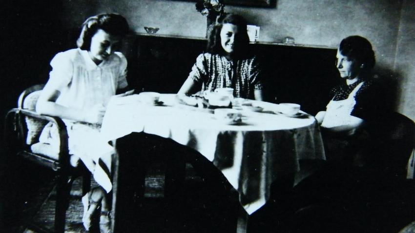 Sestry Miloslava a Jaroslava s maminkou po válce.