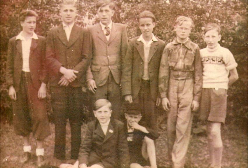 Kurt Kempe na setkání postoloprtských rodáků v Lichtenfelsu (zcela vlevo) v roce 1947. Jedná se o jeho jedinou fotografii z dětství. Foto: Paměť národa