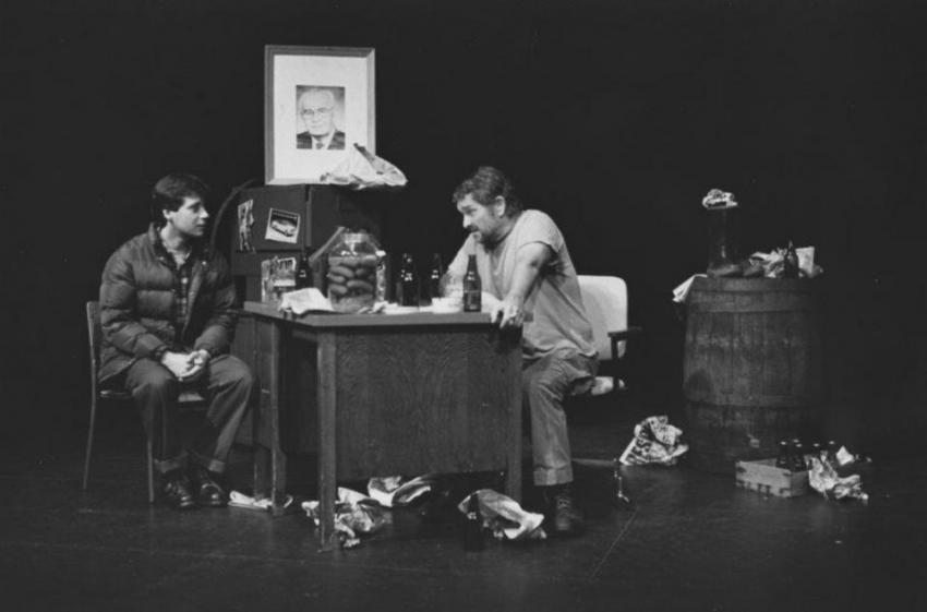 Josef P. Skála jako sládek, Pavel Kříž jako Vaněk, ve hře V. Havla Audience, Vancouver 1991