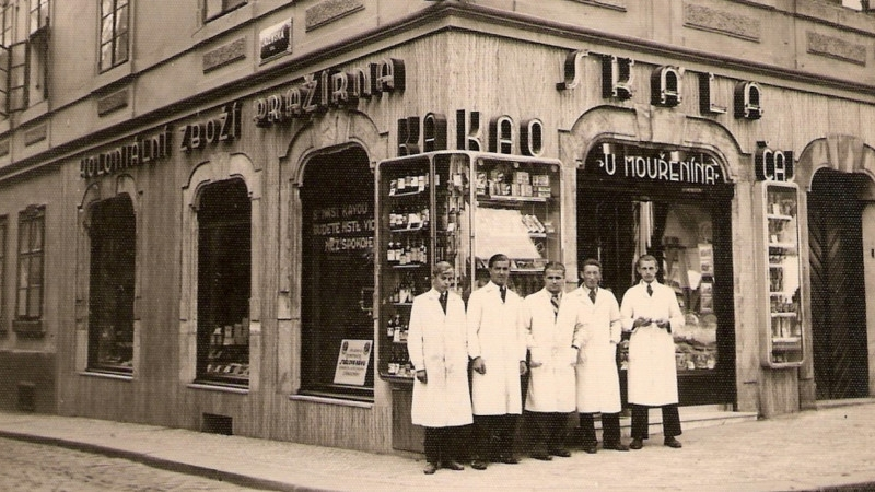 Obchod rodiny Skálů U Mouřenína na Malé Straně v roce 1931. Po únoru 1948 rodina o obchod přišla.