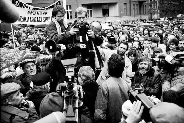 Václav Havel hovoří na demonstraci na Škroupově náměstí.