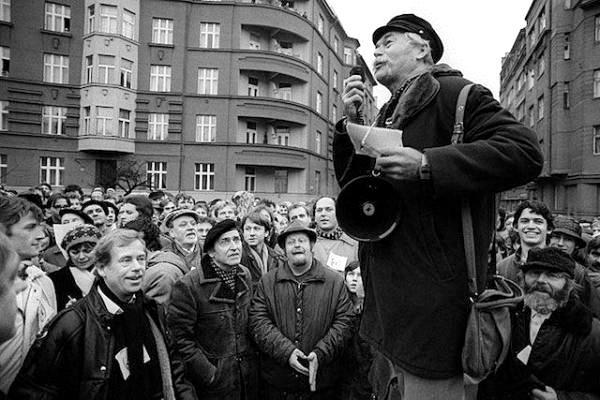 Ladislav Lis při projevu na Škroupově náměstí.