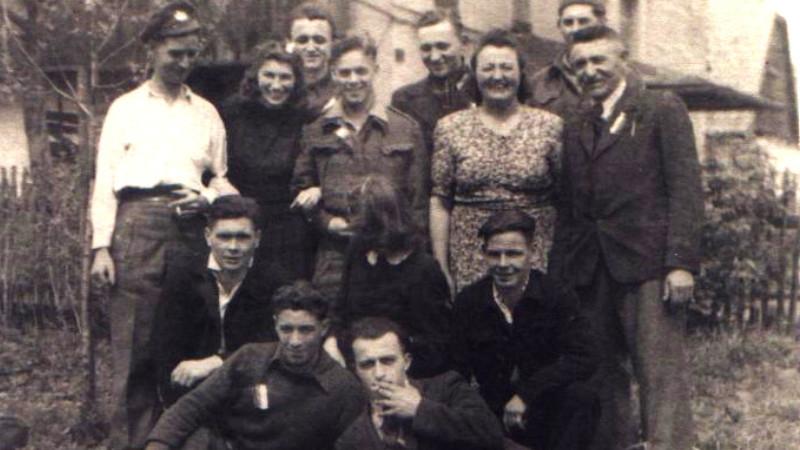 Skupina anglických zajatců ukrývaných na Orlici, vpravo Ferdinand Stejskal s manželkou. Zdroj: archiv Stanislava Adamce