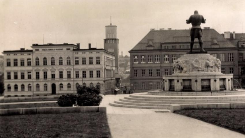 Socha rytíře Rüdigera v Jablonci nad Nisou ve 30. letech 20. století, pohled do centra města. Foto: Paměť národa