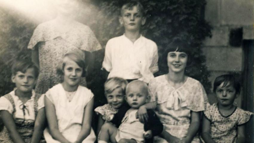 Věra (uprostřed s mladším bratrem Zdeňkem na klíně) se svými sourozenci a maminkou (na fotografii není k rozeznání). Foto: Paměť národa