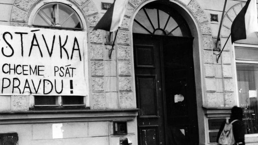 Budova pražské fakulty žurnalistiky během stávky. Foto Milan Podobský