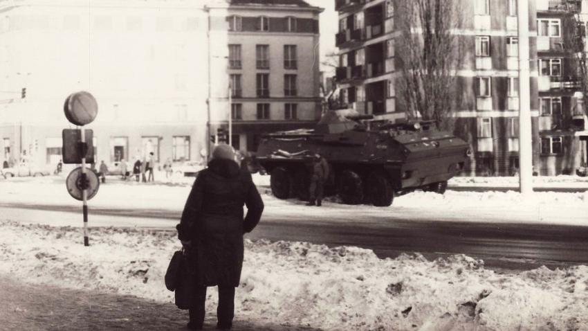 Tanky v ulicích v době výjimečného stavu v Polsku.