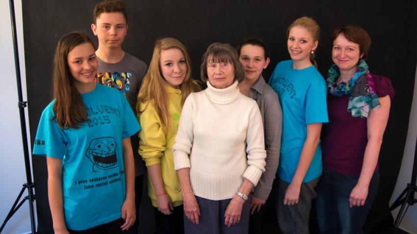 Jarmila Stibicová vyprávěla svůj příběh také pardubickým žákům v roce 2015 v rámci projektu Příběhy našich sousedů. Zdroj: Paměť národa
