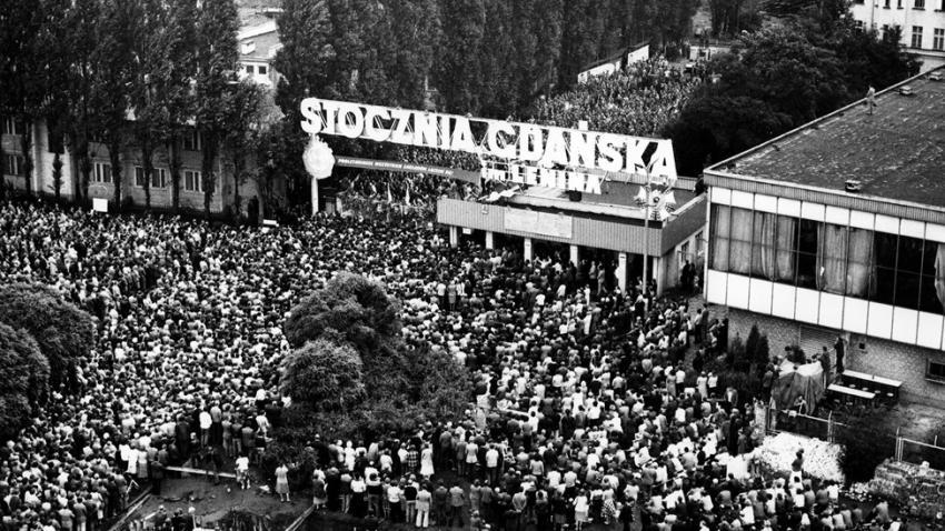 Davy sympatizantů před Gdaňskou loděnicí, jejíž dělníci zahájili okupační stávku 14. srpna 1980. Foto Wikimedia Commons