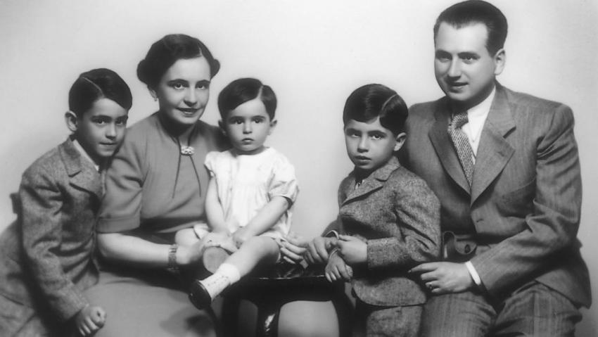 Božena a Karel Stránských s dětmi, zleva Jan, Petr a Jiří Stránský v květnu 1937.