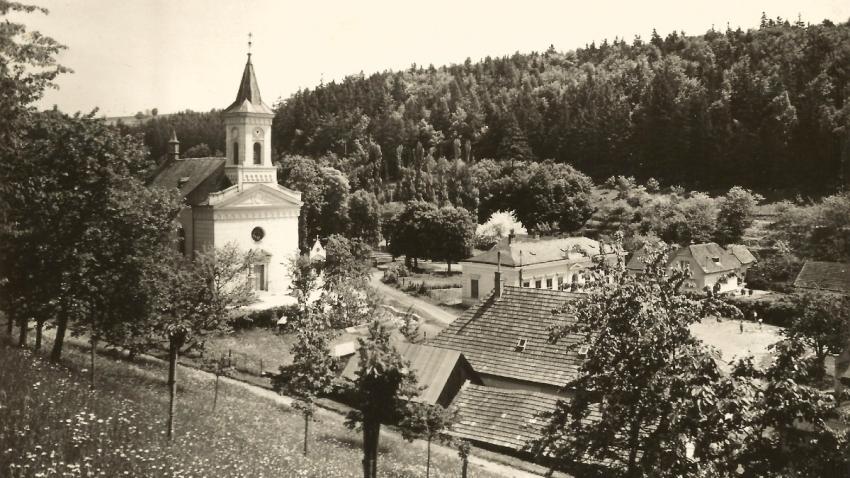 Střítež nad Ludinou - škola s kostelem před rokem 1945, pohled ze západního svahu. Foto: Střítež nad Ludinou