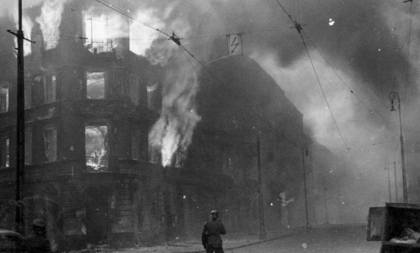 Likvidace ghetta plamenomety zachycená na fotografii pro závěrečnou zprávu velitele likvidačního zásahu Jürgena Stroopa. Foto: Wikimedia Commons/Public Domain