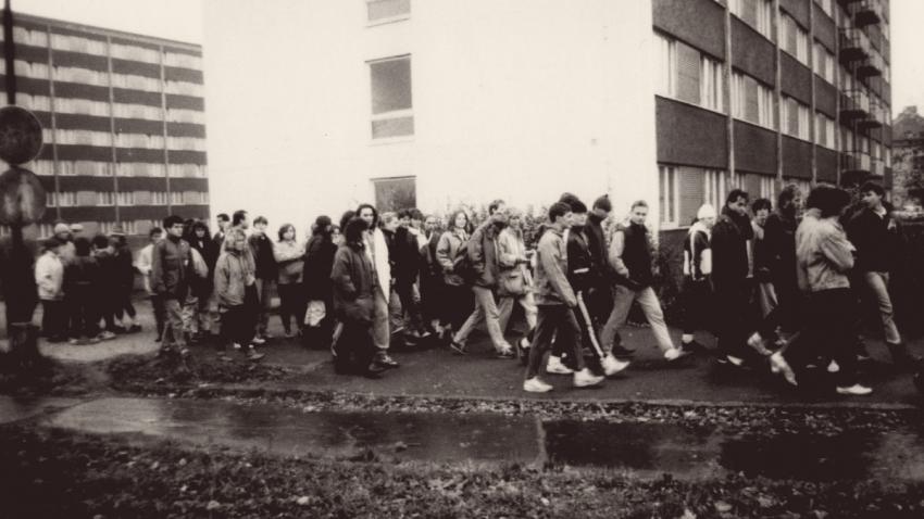 Hradečtí studenti odcházejí z kolejí na první demonstraci. Foto Miloš Hofman