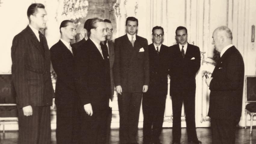 Delegace studentů postižených represemi 17. 11. 1939 u prezidenta Beneše v roce 1946. Vojtěch Srdečný druhý zprava.
