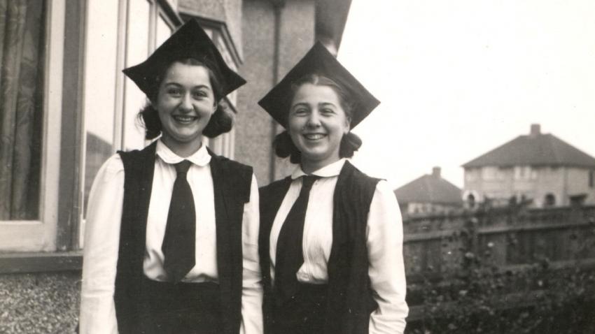Studentky St Hilda´s College Vlastenka (vpravo) a sestra Olička v Oxfordu po promoci v roce 1943.