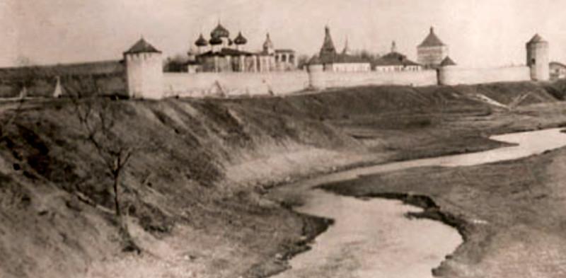 Bývalý Spaso-Jevfimijův klášter na okraji Suzdalu, kde byli Čechoslováci internováni od června 1940 do léta 1941. Foto: repro z knihy Československý odboj za druhé světové války