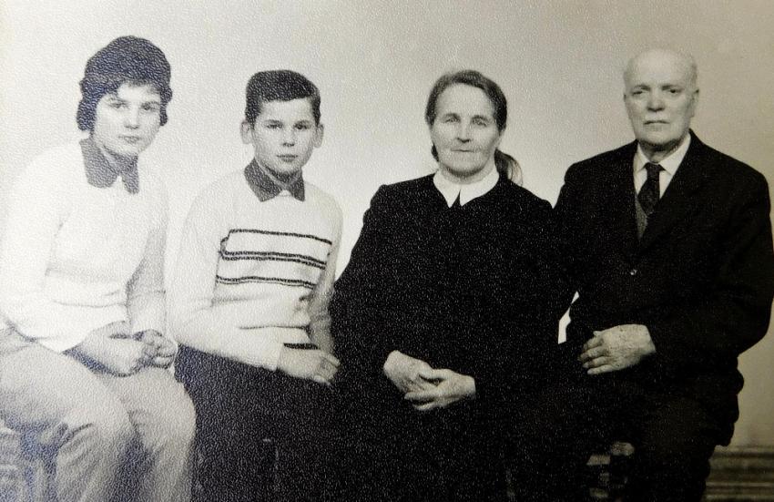 Ludmila a Radslav Švédovi s babičkou Hedvikou a dědečkem Františkem, který se vrátil z vězení v roce 1960.