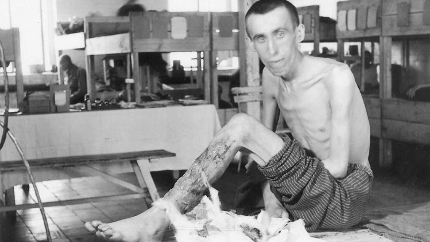 Nemocný vězeň v osvobozeném Terezíně. Celé město se stalo obrovskou infekční nemocnicicí. Foto: Karel Šanda
