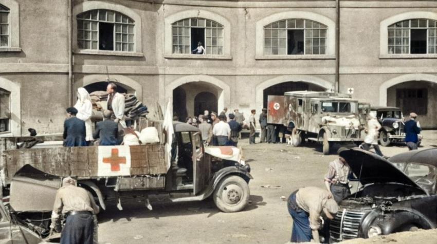Kolorovaný snímek z nádvoří Sudetských kasáren, ve kterých vznikla Československá státní pomocná nemocnice v Terezíně. Foto: Josef Vosolsobě/ČTK