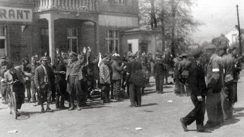 Zatýkání Němců v Terezíně při osvobození. Foto: Karel Šanda