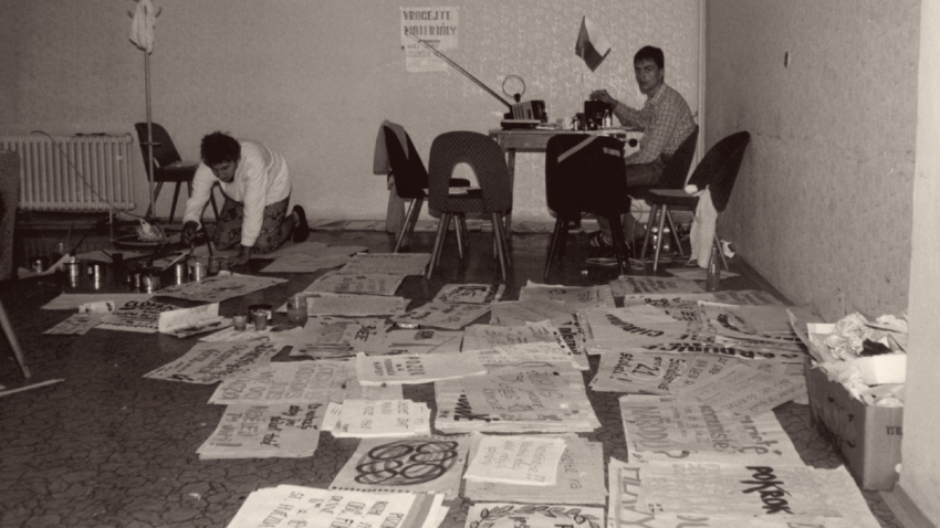 Tiskové středisko studentského stávkového výboru, který zajišťoval výrobu plakátů a tisk letáků s informacemi o požadavcích studentů a generální stávce. Foto: Miloš Hofman