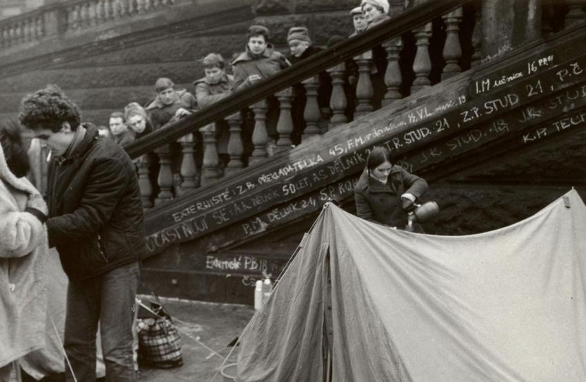 Olbram Zoubek jednu z posmrtných masek přinesl mladým lidem, kteří pod muzeem drželi hladovku na podporu požadavků Jana Palacha. Ty uvedl v dopise, který měl ve své aktovce v několika vyhotoveních.