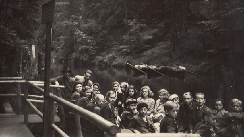 Na školním výletě v Hřensku v roce 1944. Foto: Paměť národa