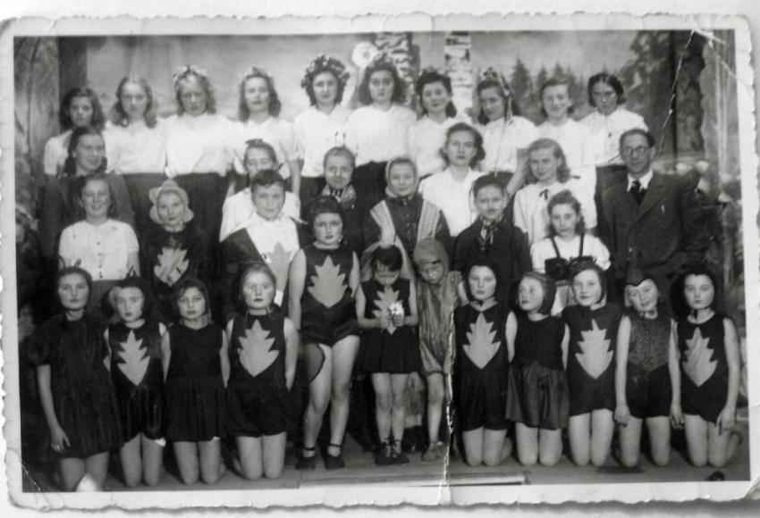 Představení Broučků v Oseku 1946. Pamětnice s bratrem Ivanem v první řadě uprostřed, tatínek Josef Klačer nalevo.