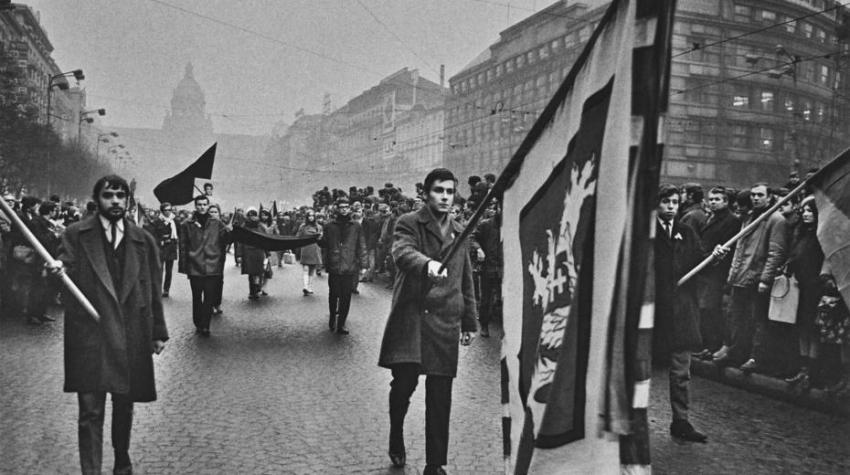 Po smrti Jana Palacha prošel 20. ledna 1969 Prahou pietní průvod, kterého se zúčastnilo několik desítek tisíc lidí. Podobné tryzny se uskutečnily také v mnoha dalších městech. V následujích letech si lidé památku Jana Palacha nesměli připomínat. Foto: Jiří Všetečka