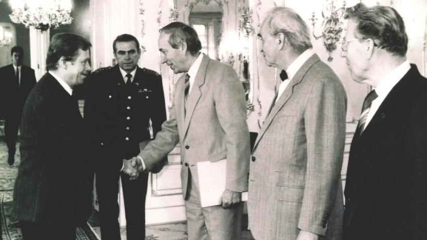 Emila Pražana s kolegy z PTP přijal na Pražském hradě Václav Havel. Foto: Paměť národa